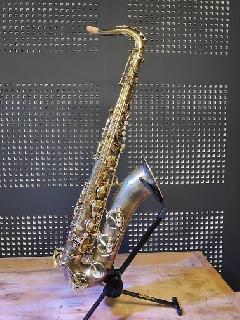 Dévernissage et patine réalisés sur saxophone ténor Selmer SA80SII