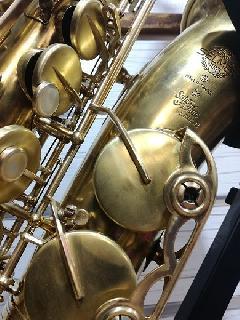 Dévernissage et patine réalisés sur Saxophone alto Selmer SA80 SII : finition brossée sur les clés