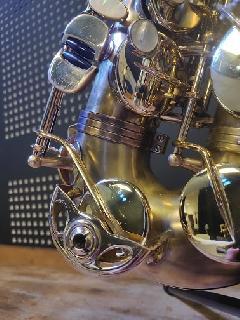 Dévernissage et patine réalisés sur Saxophone alto Selmer SA80 SII : finition brillante sur les clés