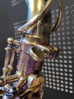 Dévernissage et patine réalisés sur saxophone alto Selmer SA80SII