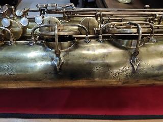 Dévernissage, patine, fabrication de gardes vintages sur Saxophone baryton Selmer SA80